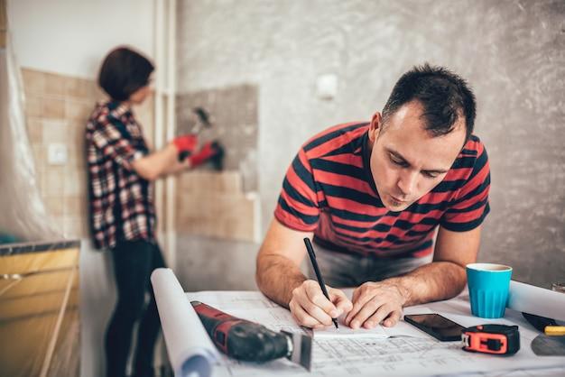 Пара ремонтирует кухню