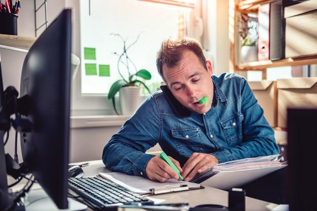 Человек разговаривает по телефону и выделение текста в папке документов