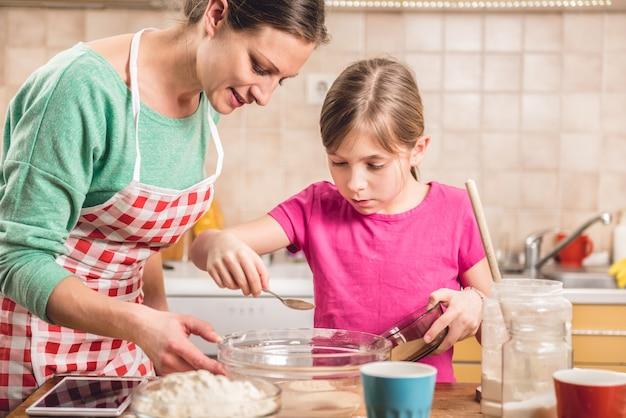 ピザ生地を作る娘と母