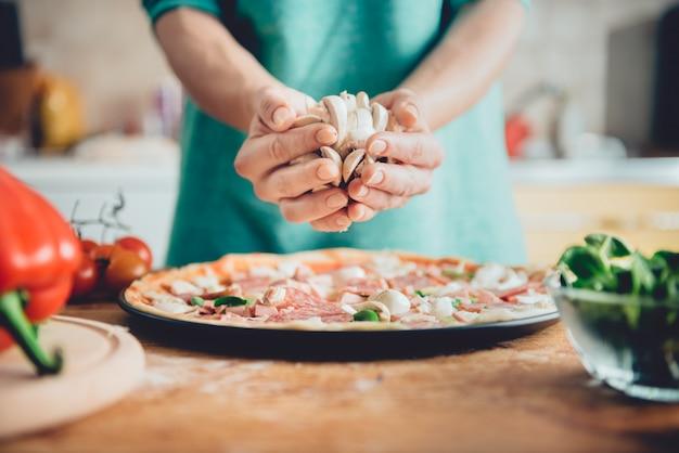 ピザを準備する女性