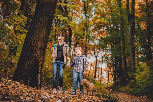 母と娘の犬のハイキング
