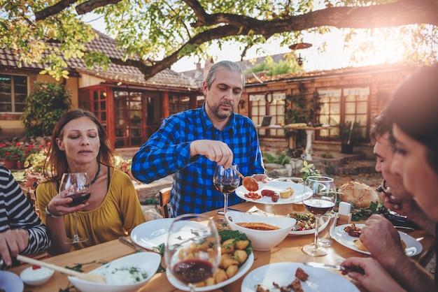 Семейная столовая на улице