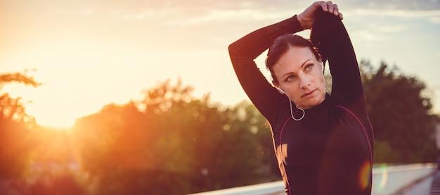 ストレッチ運動をしている女性