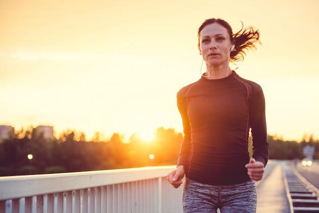 屋外を走る女性