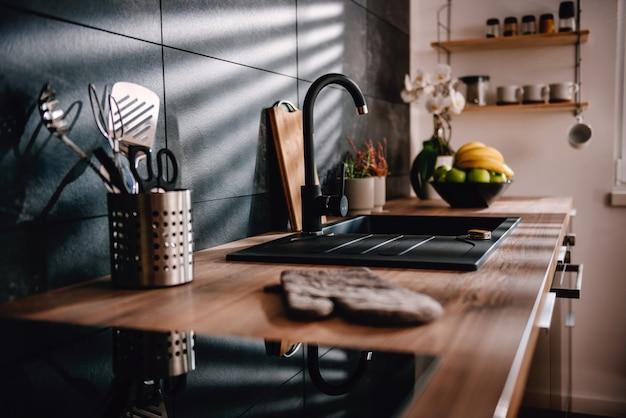 モダンな黒のキッチン