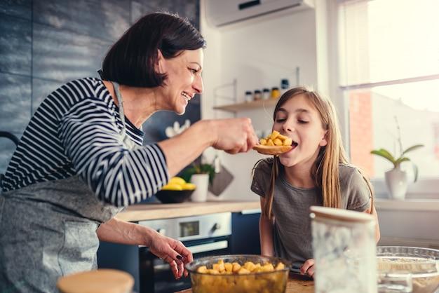 母と娘の試飲アップルパイ充填