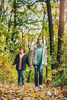 母と娘の森でのハイキング