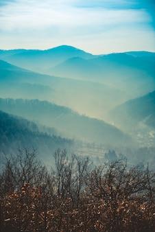 霧の中の山の風景