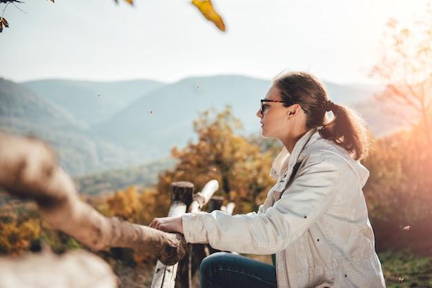 山の上に景色を楽しむ女性