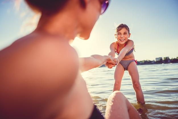 母と娘のビーチ