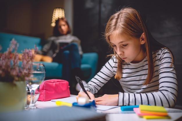 夜遅くに宿題をしている女の子