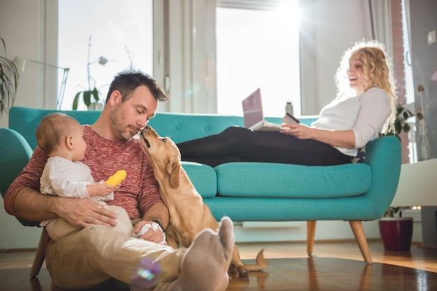家でのんびり幸せな家族