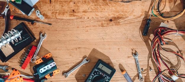 Деревянного стола с электроинструментами