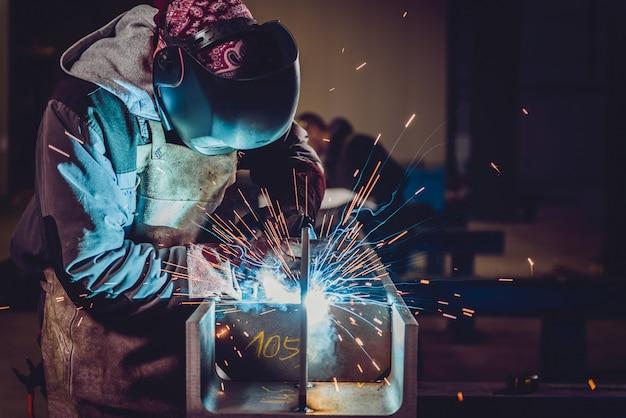Промышленный сварщик с факелом