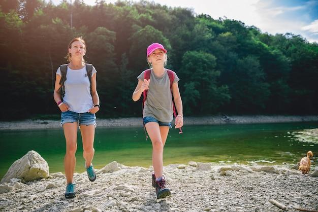 母と娘の湖でのハイキング