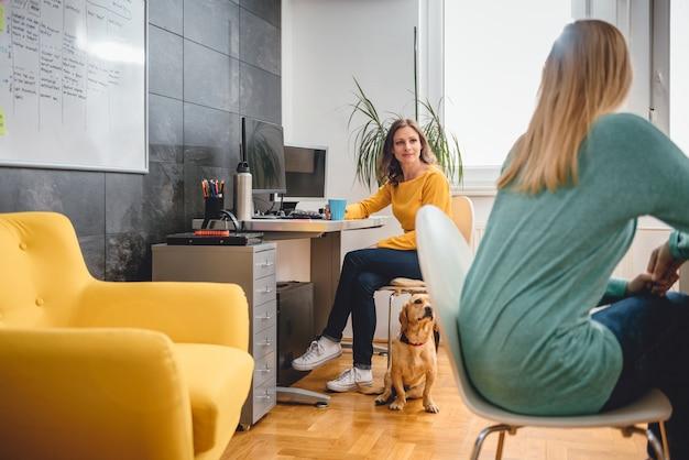 Две женщины разговаривают в офисе