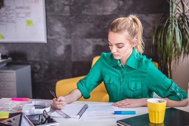Молодой бизнес женщина делает документы