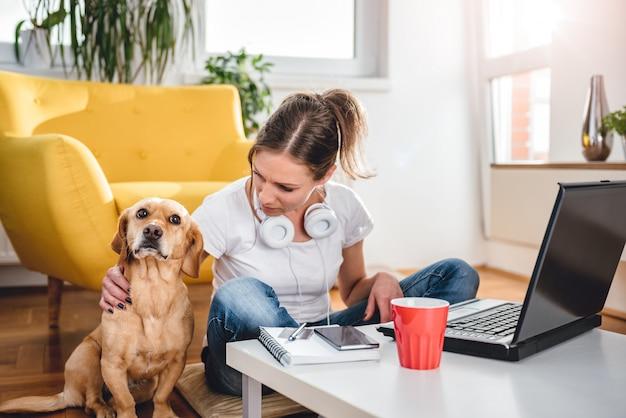 Женщина поглаживая собаку