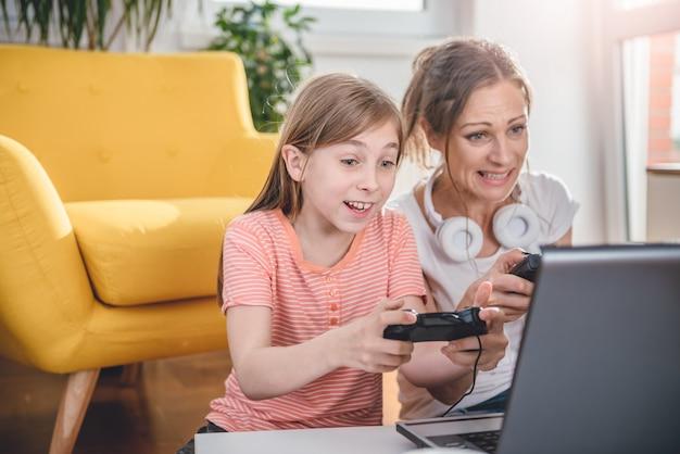 Мать и дочь играют в видеоигры