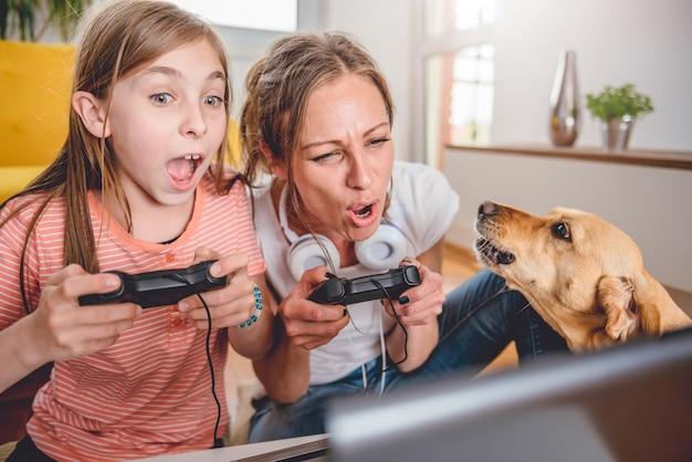 母と娘のビデオゲームをプレイ