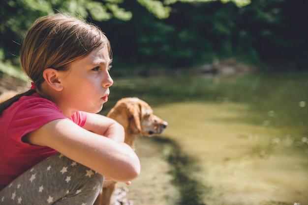 湖で彼女の犬と少女