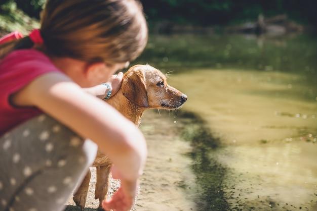 彼女の犬をかわいがる女の子