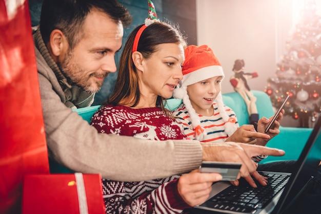 Семья дома делает покупки онлайн