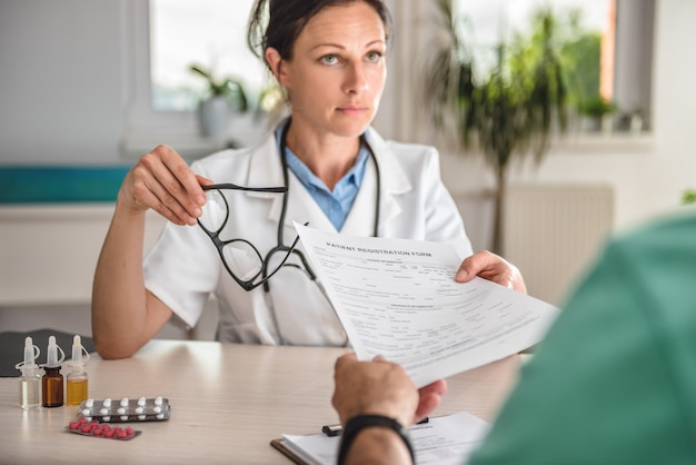 医師が患者登録フォームを受け取る