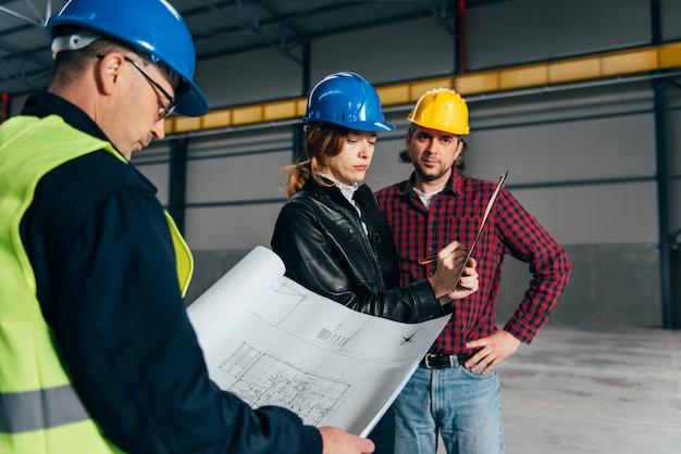 レポートを作成する建設現場検査官