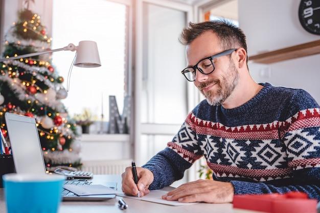 Мужчины пишут поздравительные открытки
