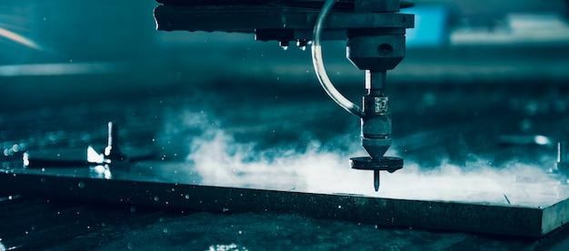 鋼板を切断するウォータージェットカッター機