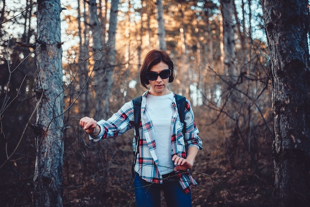 厚い森を歩く女性
