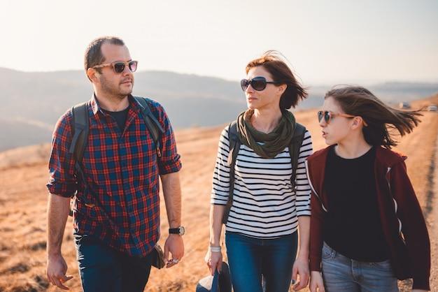 山でのハイキング旅行を楽しむ家族