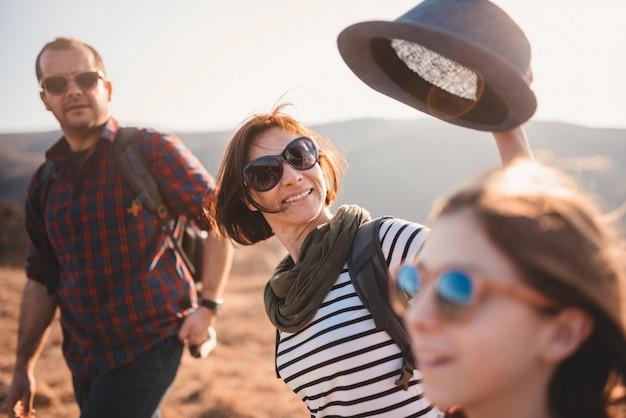 山のハイキング旅行で楽しんで幸せな家族