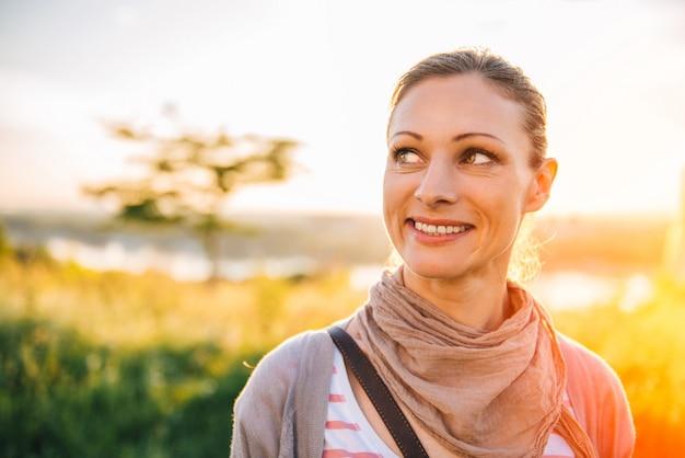 屋外を楽しんでいると笑顔の女性