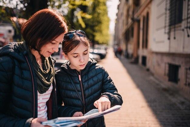 Туристическая семья, используя карту города