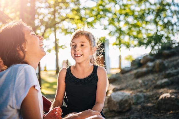 Две девушки смеются вместе