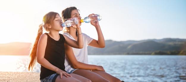 女の子は水を飲む