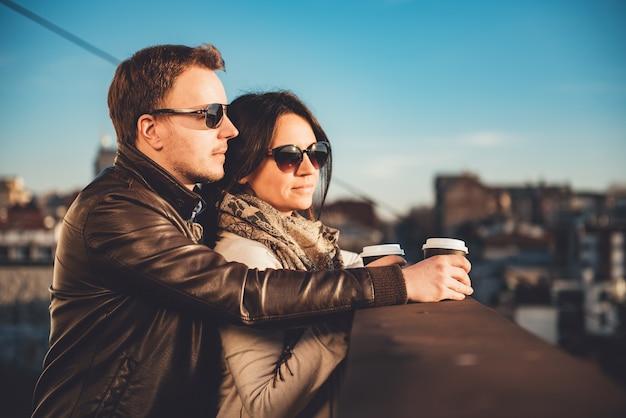 Счастливая пара наслаждается на крыше