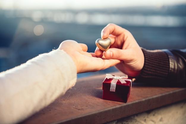 屋上で手を繋いでいるカップル