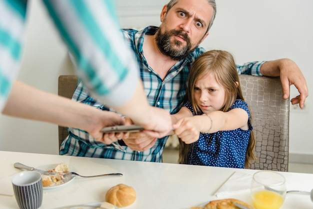 母娘と父からデジタルタブレットを奪う