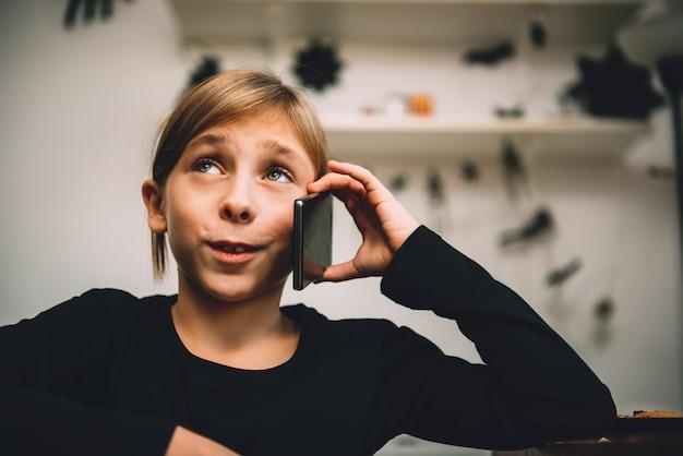 電話を持つ少女