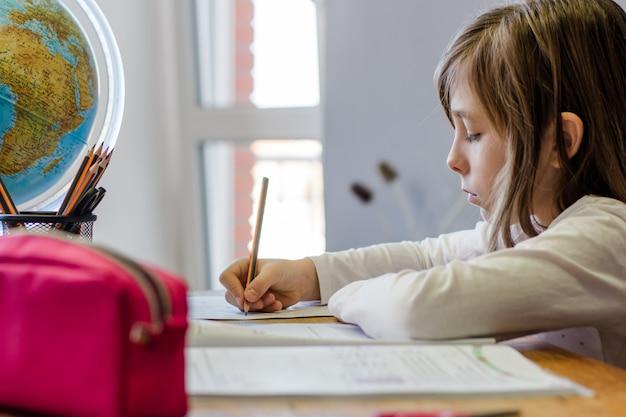 Девушка делает домашнее задание