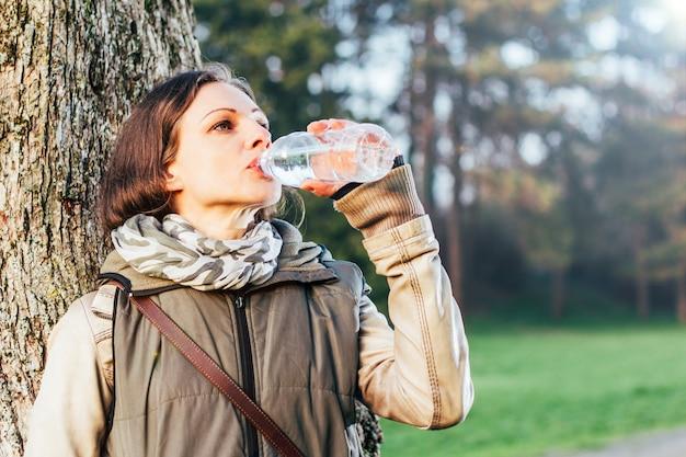 Женщина в парке питьевой воды