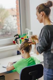 Женщина чистит ее дочь
