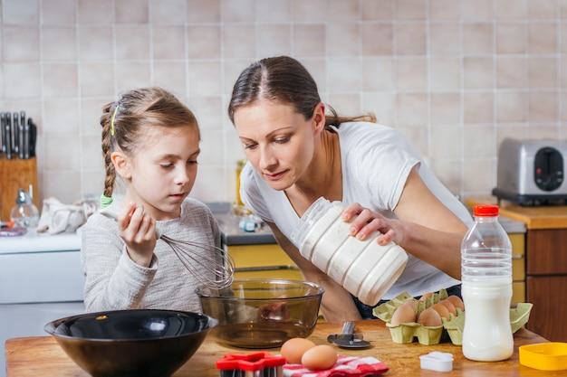 Мать и дочь готовят тесто