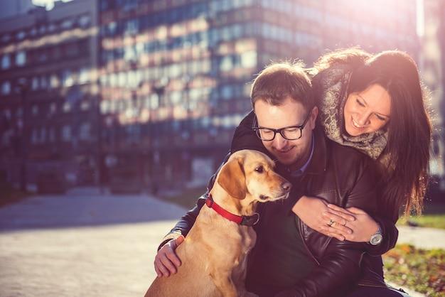 Счастливая пара с собакой