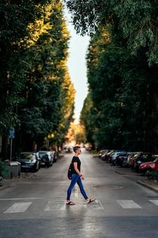 横断歩道で通りを横断する女性