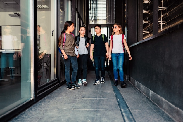 Одноклассники идут в школу