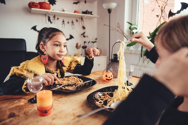 Две девушки в костюмах обедают